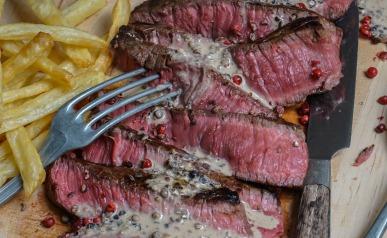 Sauce au poivre, steak et frites au four