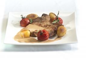 Kalfskoteletten met oventomaatjes, en geroosterde aardappels, jus van rozemarijn