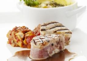 Gegrild kalfsvlees ratatouille, gratin met verse kruiden