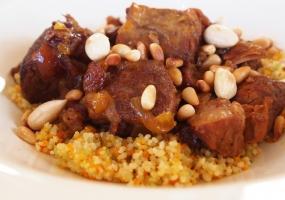 Lamsstoofvlees met couscous en gedroogde vruchten en noten