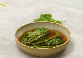 Minestrone met asperges, doperwtjes en Parmezaan