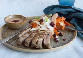 Entrecôte / roze pepersaus / coleslaw met veenbessen en amandelen