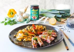 Entrecôte met noedels met paprika en pepersaus