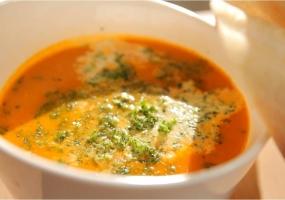 Soupe de tomates aux boulettes et crème persillée