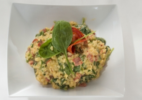 Risotto met saffraan, spinazie en chorizo