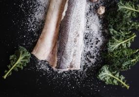 Kabeljauwrug boerenkool, aardappelstaafjes met ui