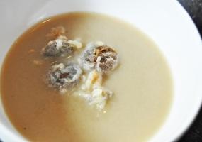 Soepje van bruine Parijse champignons met gepaneerde shiitakes