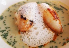 Soepje van erwtjes met gevulde pijlinktvis en schuim van kaas