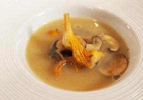 Soupe de salsifis noirs et de champignons des bois