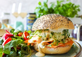 Visburgers met béarnaise en een wortel-venkel salade