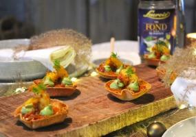 Krokante bodem van wrap met scampi, avocado crème en paprika saus